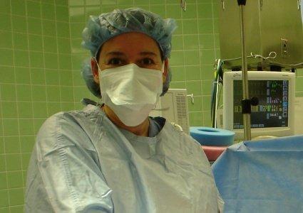 """ד""""ר אסנת רזיאל בזמן ניתוח"""